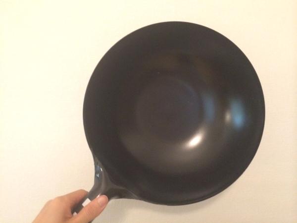 中華鍋で塩を振る